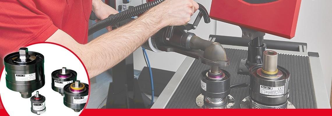 Förbands simulatorer används för att återskapa  normala förhållanden<br/>av användning av ett åtdragningsverktyg, så att kalibreringen av verktyget är<br/>anpassad till motståndskraft  i förbandet där verktyget används<br/>i produktionen.<br/>Valet av mjuka eller hårda förband behövs då vridmomentet <br/>beroende på styvheten i förbandet.<br/>Varje förbands simulator identifieras med två färgade ringar för snabb och lätt igenkänning för operatören<br/>